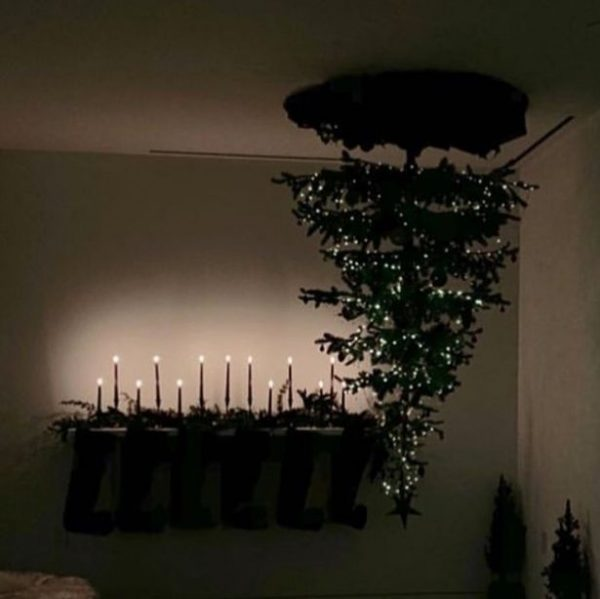 Ариана Гранде нарядила перевёрнутую ёлку |